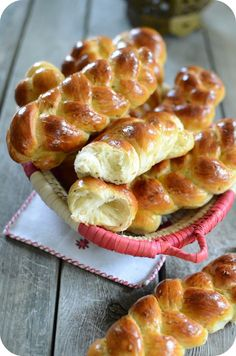 Briochettes Tressées au Sésame et à l'Anis Croissants, French Brioche, Salvadorian Food, Brioche Rolls, Donuts, Sesame, Ramadan Recipes, Bread Bun, Bread And Pastries