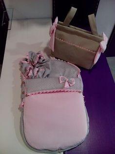 bebetecavigo.Bolso panera de polipiel gris con detalles rosa.bebetecavigo.