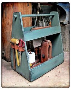 Tool Box Diy, Old Tool Boxes, Wood Tool Box, Wooden Tool Boxes, Wood Boxes, Leather Projects, Diy Wood Projects, Wood Crafts, Diy Toolbox