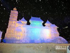 台灣以「台灣—傳統與現代」為題展出大型冰雕作品。入夜打燈後顯得五彩繽紛。
