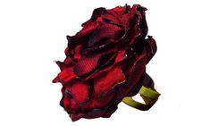 Anel de flor de cetim e tafetá.  Disponíveis em diversas outras cores.    Diâmetro aproximado da flor 3,5 cm.  BASE DO ANEL REGULÁVEL E DISPONÍVEL SOMENTE NA COR OURO VELHO