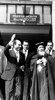 Pope Shenouda with former president Sadat Pope Shenouda, Orthodox Christianity, Former President, Christian Art, Vintage Pictures, Egyptian, Presidents, Saints, Bible