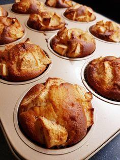 Ingrediënten appel yoghurt muffins 2 appels 3 eieren 110gr. zonnebloemolie 250gr. Griekse yoghurt (of andere volle yoghurt) 225gr. zelfrijzend bakmeel 150gr. fijne kristalsuiker 1, 5 theelepel kaneel 1 eetlepel lichtbruine basterdsuiker
