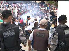 A Polícia Militar usou bomba de efeito moral e gás lacrimogêneo após uma confusão entre torcedores do Esporte Clube Bahia, na fila para venda de ingressos na Arena Fonte Nova, estádio sede da Copa das Confedereções e Copa do Mundo em Salvador, na manhã desta sexta-feira (29).