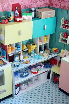 1:6 Scale Kitchen - The upper cabinets are from the 1960's Deluxe Reading kitchen. Mini Kitchen, Miniature Kitchen, Toy Kitchen, Kids Doll House, Barbie Doll House, Barbie Vintage, Vintage Dolls, Barbie Furniture, Dollhouse Furniture