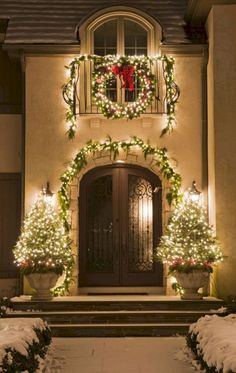 Holiday Outdoor Decorating Tips from Mariani Landscape - Traditional Home® decoration christmas, did christmas ornaments, golden christmas decorations Outdoor Decorating Tips from Mariani Landscape - Traditional Home® Porch Christmas Lights, Decorating With Christmas Lights, Outdoor Christmas Decorations, Light Decorations, Holiday Decorating, Holiday Lights, Outdoor Garland, Lawn Decorations, Christmas Staircase