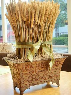 Fall flower arrangements are beautiful, bright and natural Thanksgiving table decorations Thanksgiving Diy, Thanksgiving Centerpieces, Wheat Centerpieces, Centerpiece Ideas, Unique Centerpieces, Fall Flower Arrangements, Fall Table, Deco Table, Fall Flowers