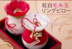 和風リングピロー 紅白毛糸玉リングピロー(和モダンな結婚式に!おすすめ) - 結婚式 ウェルカムボード 花ネットオレンジ