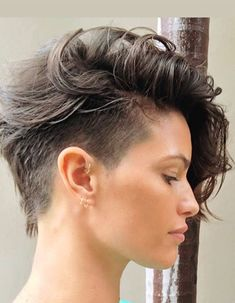 35 Androgynous Gay and Lesbian Haircuts with Modern Edge - Part 18 Are you looking for an androgynous haircut that walks the line between soft and masculine? Our list of lesbian haircuts is serving some serious modern edge. Short Hair Undercut, Short Curly Hair, Wavy Hair, Short Hair Cuts, Curly Hair Styles, Long Hair Short Sides, Long Fade Haircut, Pixie Long Bangs, Side Undercut