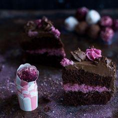 Wegański tort czekoladowo-kawowy. Kliknij w zdjęcie, aby przeczytać przepis na kawa.pl Raspberry, Cheesecake, Vegan, Baking, Fruit, Anonymous, Public, Cakes, Cheesecakes