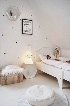 Dotty walls and white kids room. Little kids room. Baby Bedroom, Girls Bedroom, Room Baby, White Kids Room, Kid Spaces, Space Kids, Kids Decor, Decor Ideas, Ideas Desayunos
