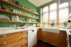 Кухня с открытыми полками и зелеными стенами    #жалюзи #зеленый #кухня Ещё фото http://iqpic.ru/%d0%ba%d1%83%d1%85%d0%bd%d1%8f-%d1%81-%d0%be%d1%82%d0%ba%d1%80%d1%8b%d1%82%d1%8b%d0%bc%d0%b8-%d0%bf%d0%be%d0%bb%d0%ba%d0%b0%d0%bc%d0%b8-%d0%b8-%d0%b7%d0%b5%d0%bb%d0%b5%d0%bd%d1%8b%d0%bc%d0%b8-%d1%81