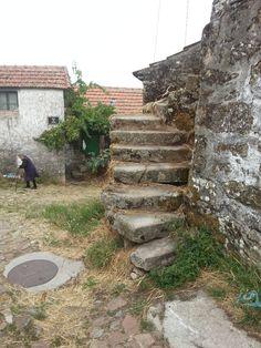 La vieille dame qui s'enfuit en me voyant. Gralhas (près de Montalegre). Nord du Portugal 2013
