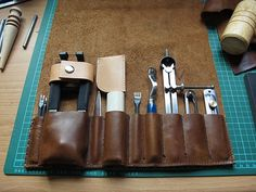 A extremely smooth, cool leather bag.Looking forward to making this when I have more skill. Leather Work Bag, Leather Armor, Leather Tooling, Leather Diy Crafts, Leather Projects, Leather Crafting, Tool Pouch, Leather Workshop, Workshop Storage