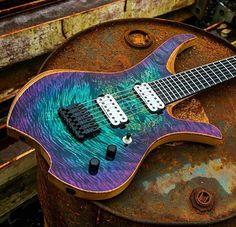 Une création poly chromatique que l'on doit à Carillion Guitars. Retrouvez des cours de guitare d'un nouveau genre sur MyMusicTeacher.fr