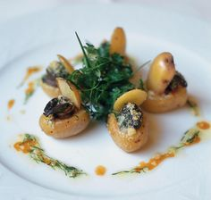 Recette bonnottes farcies aux escargots et gratinées aux noisettes - Cuisine / Madame Figaro Chefs, Baked Potato, Entrees, Food And Drink, Plates, Baking, Fruit, Ethnic Recipes, Madame