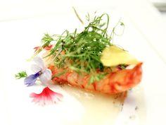 Lagostim com emulsão de bacupari e azeite de baunilha do Serrado com salada de folhas e flores, criação da chef Helena Rizzo (Foto: Divulgação)                                                                                                                                                     Mais