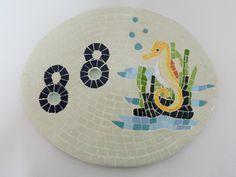 Número em mosaico com base em cerâmica, com cavalo marinho.