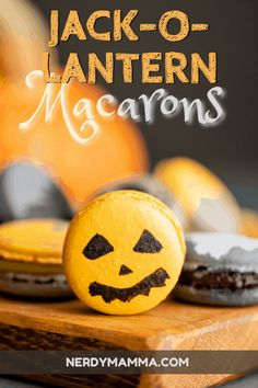 Check out this fun Halloween macarons recipe. These Jack-O-Lantern Macarons are definitely a must-have for halloween at home. Macaron Cookies, Macaron Recipe, Macarons, Chocolate Powder, Chocolate Filling, Best Sugar Cookies, Yummy Cookies, Delicious Cookie Recipes, Dessert Recipes