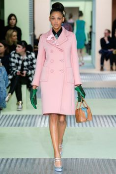 Miuccia Prada presented her new Fall-Winter Ready to Wear Collection at Milan Fashion Week - Photos. Runway Fashion, Trendy Fashion, High Fashion, Fashion Show, Fashion Design, Milan Fashion, Style Fashion, Fashion Tips, Mode Rose