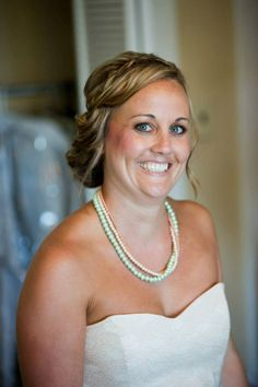 Shayla, Shanna's maid of honor, wearing a triple strand pearl necklace, made with mint green pearls and two strands of different shades of orange pearls. Courtesy of Treehouse Photography.