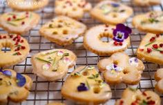 Image result for biscuit bunting Diy Craft Projects, Diy Crafts, Shortbread Biscuits, Edible Flowers, Bunting, Doughnut, Sushi, Cheesecake, Breakfast
