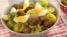 Kartoffelsalat ist mehr als eine Beilage! Zum Beispiel, wenn er Mettbällchen enthält - wie diese Variante. Mmh!