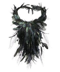 Аксессуары Alberta Ferretti осень-зима 2014-2015 продолжают тему заколдованного леса, выбранную дизайнером для своей коллекции: нежные туфли-балетки и босоножки на шпильке с лентами, обвивающими лодыжку, полностью покрыты