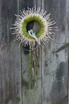 Amazing wreath. Via Fusion Flowers magazine.