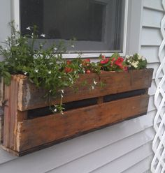 Pallet Planter This might be cute as a mailbox for the hallway! Just split the pallet into sections for the childs box The post Pallet Planter appeared first on Pallet Diy. Pallet Flower Box, Wooden Flower Boxes, Pallet Planter Box, Mailbox Planter, Diy Flower Boxes, Garden Pallet, Diy Flowers, Summer Flowers, Window Box Flowers