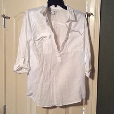 Old Navy white linen tunic Old Navy white linen/cotton blend tunic, long sleeves but they can be rolled and buttoned, two pockets on the front Old Navy Tops Tunics