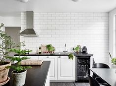9 Scandinavian Home Decor Design Ideas Scandinavian Kitchen, Scandinavian Interior Design, Interior Design Kitchen, Interior Decorating, Decorating Ideas, Kitchen Tiles, Kitchen Dining, Dining Room, Farmhouse Side Table