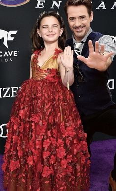 Aww, Robert Downey Jr and and Lexi Rabe (Morgan Stark). She's wearing Iron Man colors😍 Marvel Comics, Marvel Funny, Marvel Memes, Marvel Avengers, Marvel Actors, Marvel Characters, Marvel Universe, Iron Man, Robert Downey Jr.