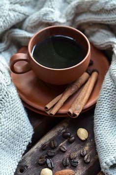 Kawa po tatarsku, bardzo aromatyczna, z wanilią, cynamonem i kardamonem, dla relaksu, odpoczynku, spokojnego celebrowania. Chandelier Bougie, Chandeliers, Coffee Milk, Milk Tea, Coffee Cups, Creative Food, Chocolate Fondue, Drinks, Tableware