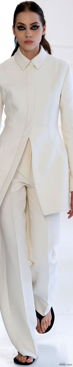 Just very chic and elegant. I see Angelina Jolie in this. Dior Fashion, Fashion Brands, Fashion Show, Womens Fashion, Fashion 2016, Dior Couture, Couture Fashion, Christian Dior, French Fashion Designers