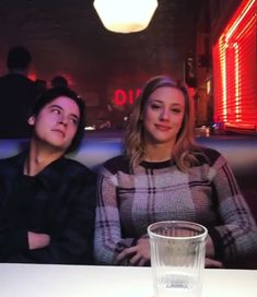 Image discovered by ↠αιλενε↞. Find images and videos about riverdale, netflix and cole sprouse on We Heart It - the app to get lost in what you love. netflix Jughead&Betty 💖 shared by ↠αιλενε↞ on We Heart It Kj Apa Riverdale, Riverdale Funny, Riverdale Memes, Riverdale Netflix, Watch Riverdale, Riverdale Aesthetic, Riverdale Betty And Jughead, Zack Y Cody, Mike Singer