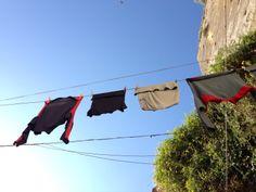Condividere... A Napoli i panni sporchi non si lavano in famiglia ma sci condividono con tutto il vicolo.
