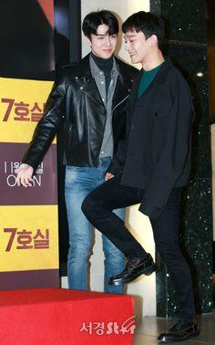 Sehun, Chen - 171113 'Room No.7' VIP première  Credit: SE Daily. ('7호실' VIP 시사회) Chanyeol, Exo Chen, Exo 2017, Kai, Exo Couple, Exo Korean, Kim Min Seok, Exo Members, Chinese Boy