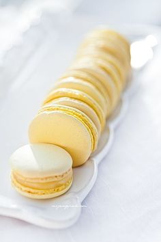 Discovered by ℓυηα мι αηgєℓ ♡. Find images and videos about cute, food and sweet on We Heart It - the app to get lost in what you love. Lemon Macarons, Cupcake, French Macaroons, Macaron Recipe, Dessert Recipes, Desserts, Sweet Tooth, Sweet Treats, Food And Drink