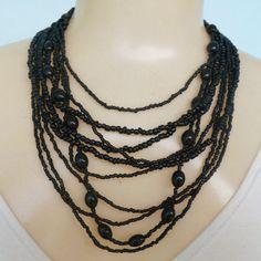 Maxi colar preto, feito com miçangas e resina e  fecho em metal dourado. R$ 12,00