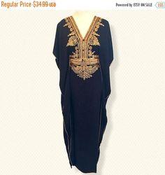 Magnifique caftan marocain à la main une taille de petite taille à XX-Large. Cette belle robe Maxie marocaine peut être portée à une fête sur la plage, un mariage, robes de demoiselles d'honneur ou tout simplement à la maison. Robe très confortable et élégant, vous aurez des compliments le