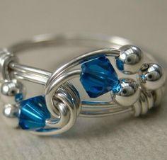 Fil enveloppé anneau Capri bleu et argent Sterling Duet.    Jai enveloppé du fil en argent dans un tourbillon, puis ajouté quelques cristaux de