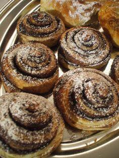 Mindig nagy csodálattal néztem és ettem a csodás foszlós, leveles, de mégis kelt kakaós csigákat, túrós batyukat, ízes leveleket. Hála a c... Bread And Pastries, Pastry Recipes, Minion, Muffin, Breakfast, Food, Morning Coffee, Pastries Recipes, Essen
