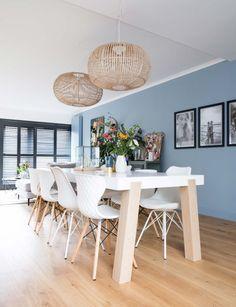 blauwe-eethoek-witte-eetkamerstoelen-rieten-hanglampe