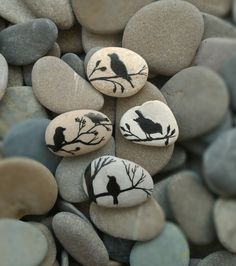 Pebble Painting, Pebble Art, Stone Painting, Pebble Stone, Stone Crafts, Rock Crafts, Diy Arts And Crafts, Painted River Rocks, Hand Painted Rocks