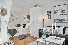 Os móveis essenciais para esse ambiente são: uma cama, um guarda roupas (ou arara de roupa) e uma mesinha. Se tiver espaço, também pode colocar sofás, mesa de centro, estantes, escrivaninhas etc.