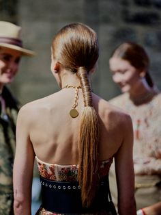 How to replicate the beauty look from Dior's Cruise 2019 show Comment reproduire le make-up et la co Ponytail Hairstyles, Diy Hairstyles, Spring Hairstyles, Hairstyle Ideas, Vogue Paris, Dior, Hair Inspo, Hair Inspiration, Natural Hair Styles