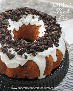 Oreo Cookies and Cream Bundt Cake-a fun cake that's easy to make! 1 box white cake mix ingredients called for on box to make cake 3 cups broken Oreo cookies 1 can white frosting 1 cup crushed Oreo cookies Baking Recipes, Cake Recipes, Dessert Recipes, Oreo Dessert, Food Cakes, Cupcake Cakes, Cupcakes, Just Desserts, Delicious Desserts