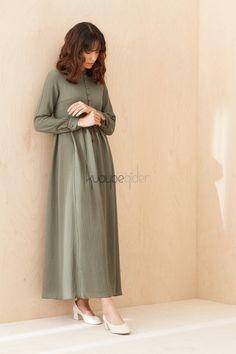 Haki Aspen Elbise Hijab Fashion, Fashion Dresses, Muslim Dress, Clothes For Women, Ladies Clothes, Kaftans, Abayas, Midi Skirt, Normcore