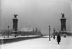 Paris sous la neige : Paris en 1919, sous un ciel particulièrement sombre – Le Pont Alexandre III et au loin, le Grand Palais.